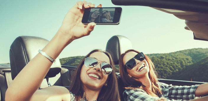 笑顔で自撮りをする二人の女性