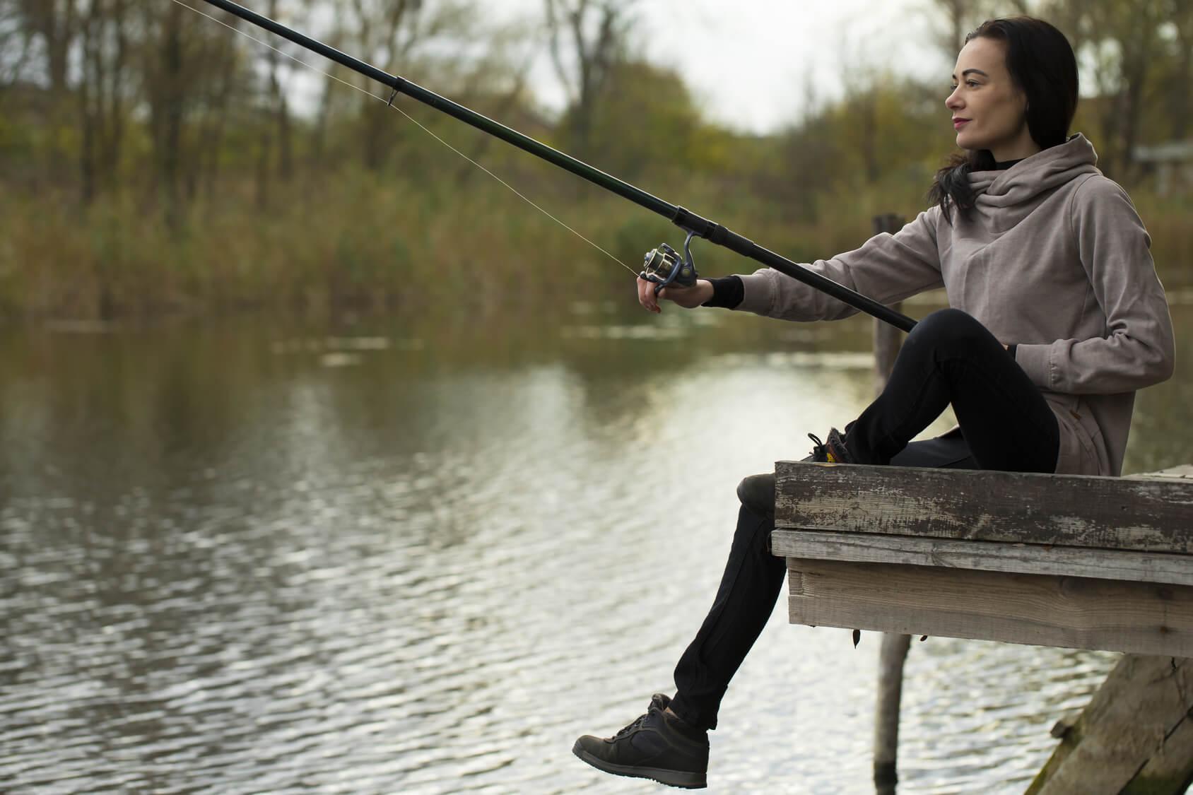 釣りをしている美人女性